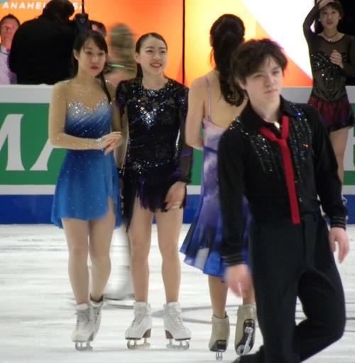 エキシビションのエンディングで笑顔を見せる宇野昌磨(右)と紀平梨花(右から3人目)、三原舞依(同4人目)(撮影・松本航)