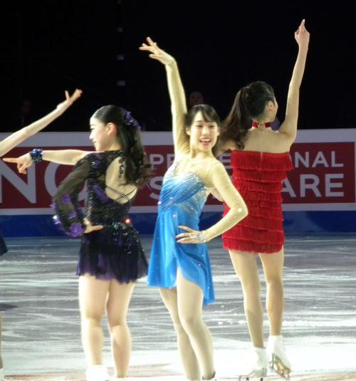 エキシビション後半のパフォーマンスで笑顔を見せる三原舞依(中央)。左は紀平梨花(撮影・松本航)