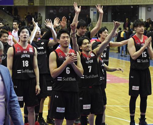 イランに勝利し、スタンドの声援に応える比江島(6)ら日本代表(共同)