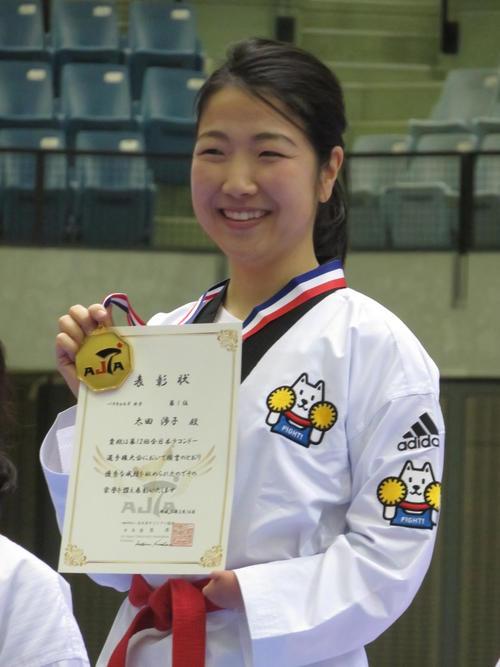 2月16日、女子キョルギ連覇の太田渉子は金メダルを手に笑顔