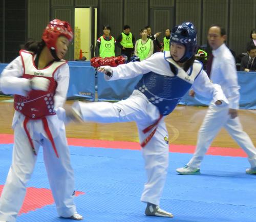 2月16日、女子キョルギ決勝 太田渉子(右)は杉本江美に右回し蹴りを放つ
