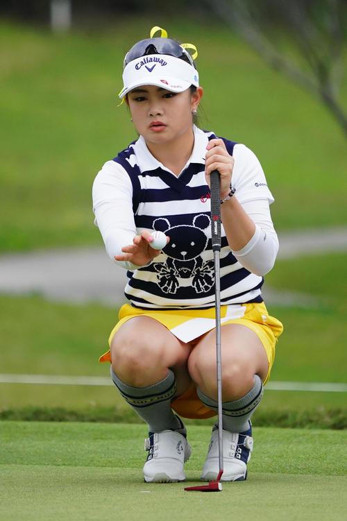 ダイキンオーキッドレディスゴルフトーナメント・初日 3パットのラインをい見る河本結(撮影・奥田泰也)