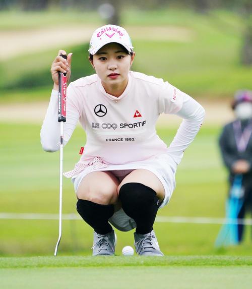ダイキンオーキッドレディスゴルフトーナメント・初日 1番パットのラインを見る三浦桃香(撮影・奥田泰也)
