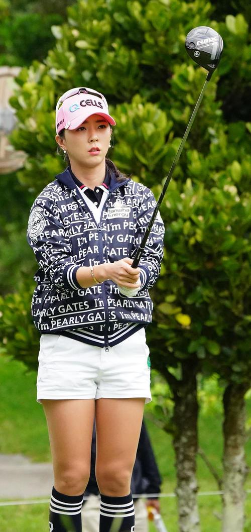 ダイキンオーキッドレディスゴルフトーナメント・初日 2番フェアウエーを見るユン・チェヨン(撮影・奥田泰也)