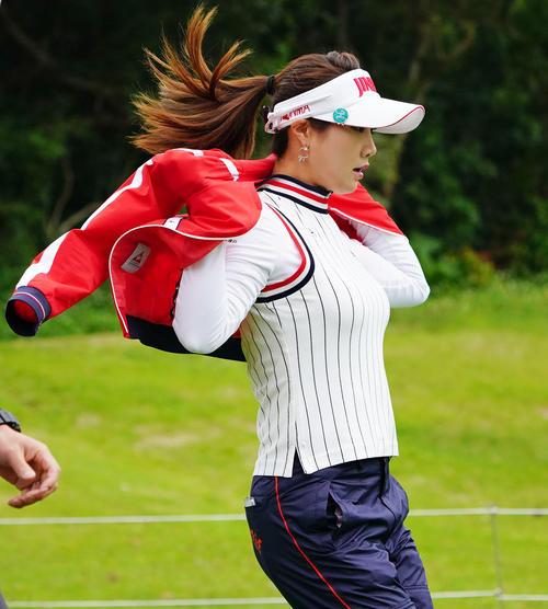 ダイキンオーキッドレディスゴルフトーナメント・初日 2番ティーショットを放ち、ウインドブレーカーを着るキム・ハヌル(撮影・奥田泰也)
