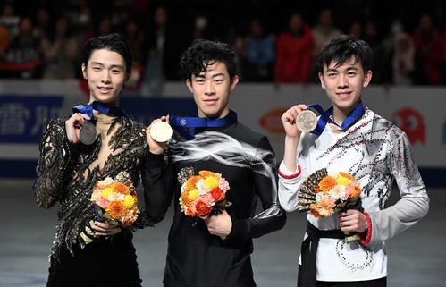 表彰式で笑顔を見せる、左から2位の羽生、優勝のネ-サン・チェン、3位のビンセント・ゾウ(撮影・鈴木みどり)