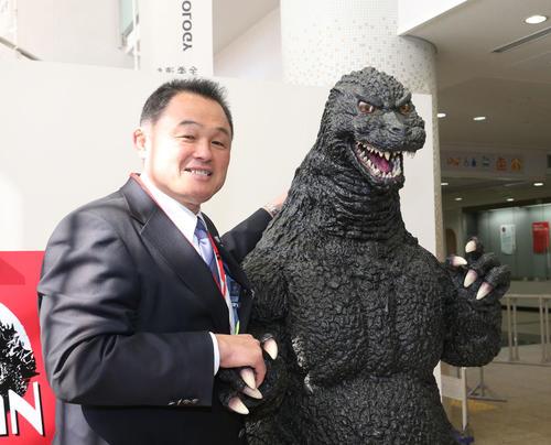 ゴジラと握手をかわす山下全日本柔道連盟会長(撮影・梅根麻紀)