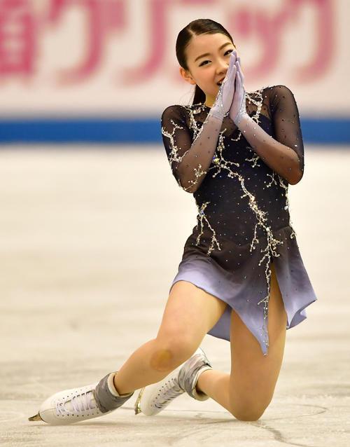 女子フリーで滑り終えた紀平は手を合わせる(撮影・清水貴仁)