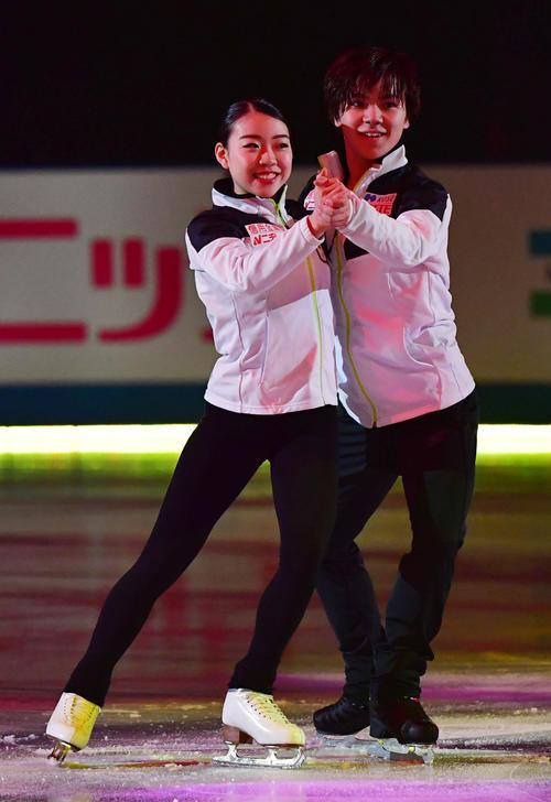世界フィギュアスケート国別対抗戦2019 エキシビションで日本チームで一緒に滑る紀平(左)と宇野(撮影・清水貴仁)