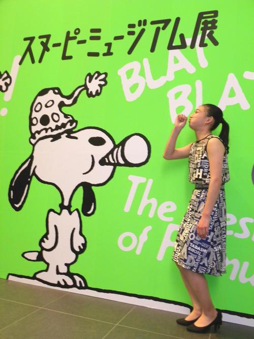 グランフロント大阪で行われている「スヌーピーミュージアム展」を訪れ、マネをしておどける坂本花織(撮影・松本航)