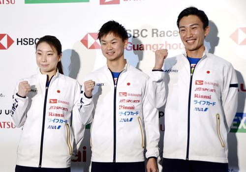 ジャパン・オープンの記者会見後にポーズをとる桃田賢斗(右)と渡辺(中央)、東野組)(共同)