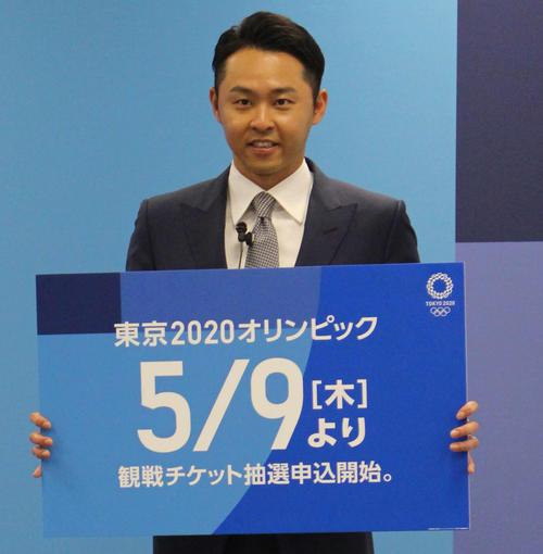 公式チケット販売サイト開設発表イベントで申し込み開始日の5月9日をPRする北島氏
