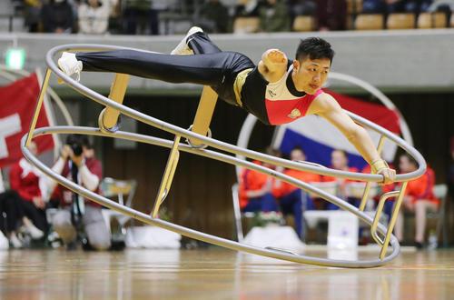 斜転の演技を披露する日本の高橋靖彦