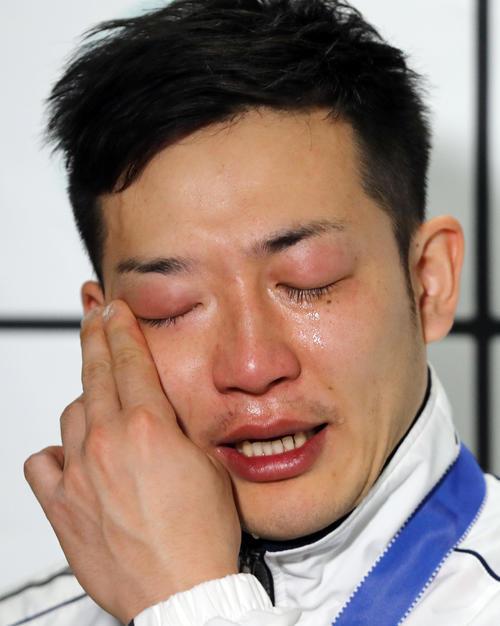 世界ラートチームカップを終え、会見で感極まる日本の高橋(撮影・野上伸悟)