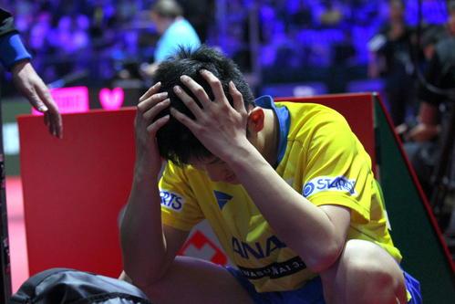 シングルス4回戦で敗れた張本はベンチで頭を抱えて悔しがる(撮影・三須一紀)