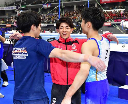 優勝した谷川翔(中央)はともに世界選手権出場を決めた谷川航(左)、萱と笑顔で肩を組む(撮影・鈴木みどり)