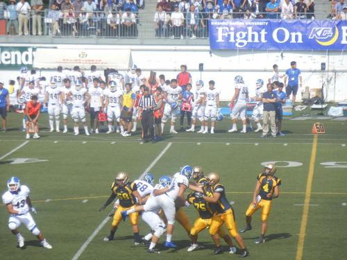 明大QB西本(右端)は3TDパスで関学大を破った