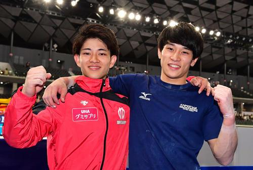 優勝した谷川翔(左)は2位の兄航と肩を組み笑顔(撮影・鈴木みどり)