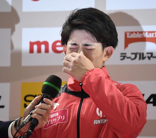 優勝した谷川翔はインタビューで涙を流す(撮影・鈴木みどり)