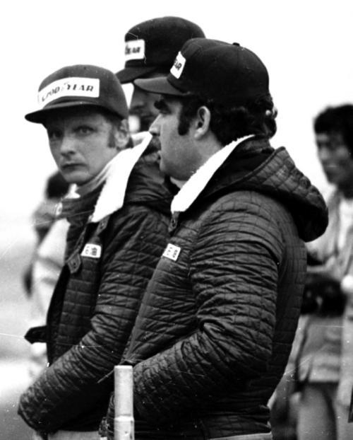 76年F1日本GP フェラーリチームのニキ・ラウダ(左、1976年10月撮影)