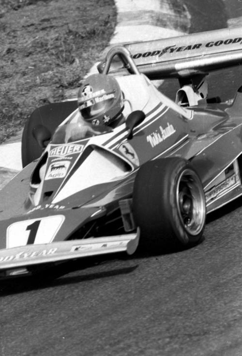 76年F1最終戦の日本GPでコーナーを回るフェラーリのニキ・ラウダ(1976年10月撮影)