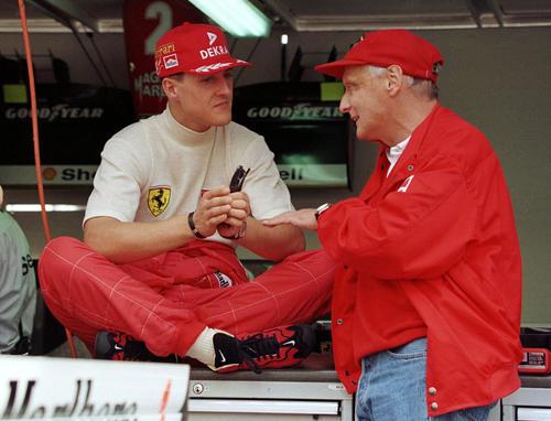 F1モナコGPでミハエル・シューマッハ(左)と言葉を交わすニキ・ラウダ氏(1996年5月16日、ロイター)