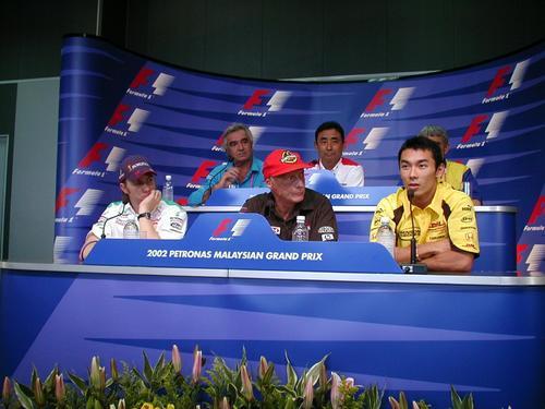ニキ・ラウダ氏(中央)。前列右はF1の公式会見に初めて出席した佐藤琢磨(2002年3月15日撮影)