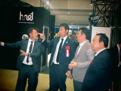 日本最大級のスポーツ・健康産業総合展示会「SPORTEC」で基調講演し、出展ブースを視察するスポーツ庁の鈴木大地長官(中央)