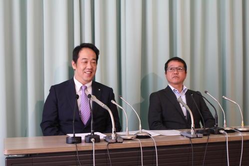 会見でホッとした表情を見せる内田会長(左)と菊池副会長
