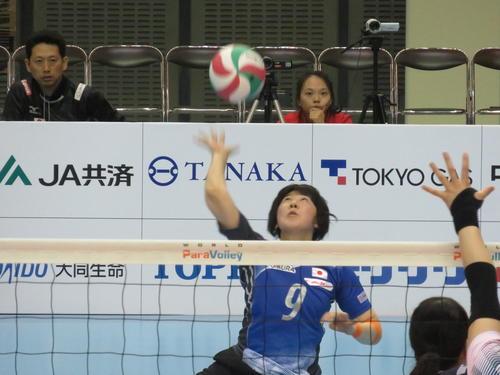 日本対中国 第1セット、サーブを放つ日本の菊池智子(撮影・小堀泰男)