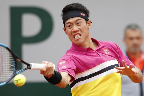 全仏オープン1回戦で返球する錦織(AP)