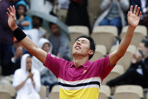 勝利した錦織は、手を広げ喜びを表現する(AP)