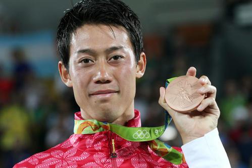 表彰式で銅メダルを手に笑顔を見せる錦織(撮影・PIKO)