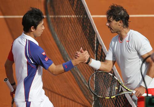 3日、全仏オープンの男子シングルス4回戦でナダル(右)に敗れ握手する錦織(AP)