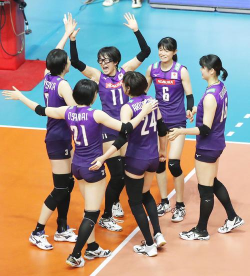 セルビアに勝利し、喜ぶ鍋谷(11)ら日本(共同)