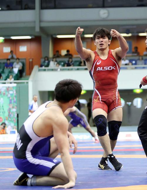 男子86キロフリー準決勝 石黒(左)を破りポーズする高谷(撮影・鈴木正人)