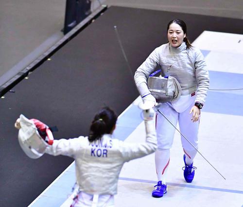 女子サーブル決勝でユン・ジス(左)に敗れ準優勝に終わった田村(撮影・小沢裕)