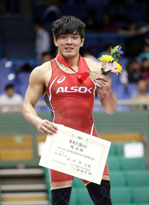 男子86キロフリースタイルで優勝し笑顔を見せる高谷(撮影・鈴木正人)