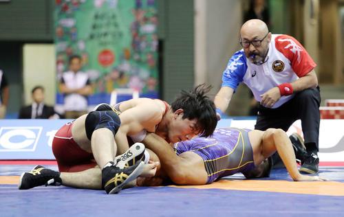男子86kgフリー決勝、松坂(右)を攻める高谷(撮影・鈴木正人)