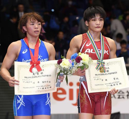 18年12月、全日本選手権を制した伊調(右)と2位に終わった川井