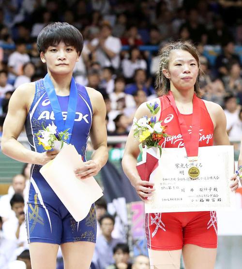 女子57キロ級決勝、優勝した川井梨紗子(右)と準優勝の伊調(撮影・鈴木正人)