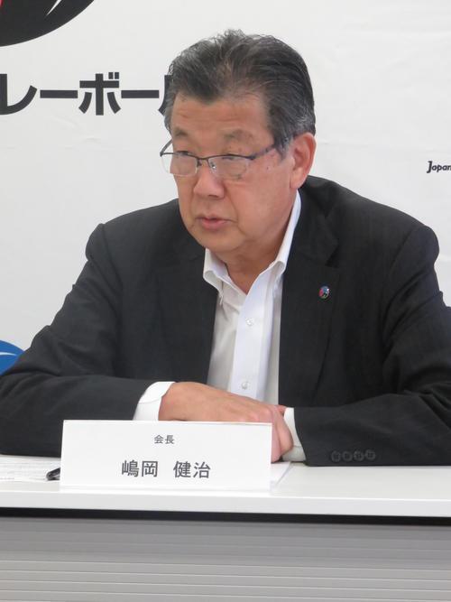 続投が決まって会見する日本バレーボール協会の嶋岡会長(撮影・小堀泰男)