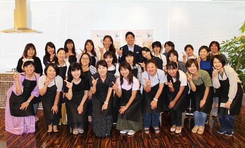 参加者と記念撮影におさまる講師の新生暁子管理栄養士(後列左から5人目)とゲストの東京ガスラグビー部FB黒澤