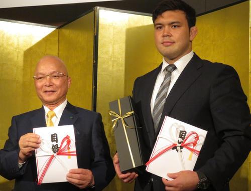了徳寺健二理事長(左)から1000万円の目録を受け取ったウルフ・アロン(右)(撮影・峯岸佑樹)
