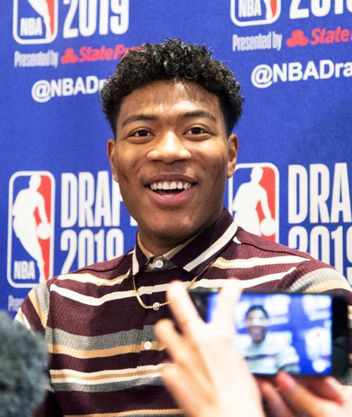 NBAのドラフト会議を翌日に控え、記者会見で笑顔を見せる米ゴンザガ大の八村塁(共同)