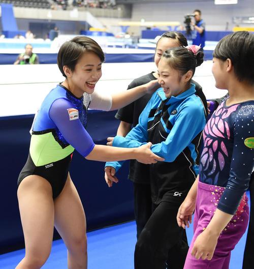 女子跳馬決勝で優勝し選手たちと握手をあわす村上(撮影・横山健太)