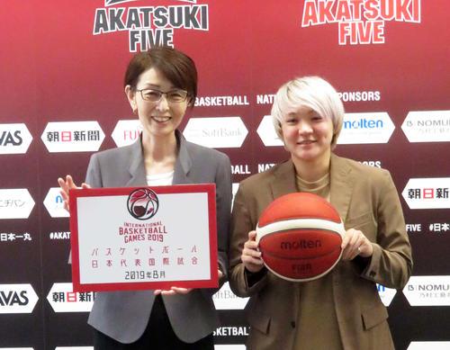 日本バスケットボール協会三屋会長(左)と協会アンバサダーに就任した吉田亜沙美さん(撮影・松熊洋介)