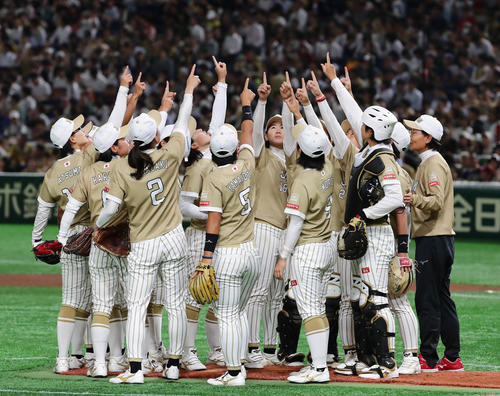 日本代表対米国代表 円陣を組んで試合に臨む日本代表チーム(撮影・丹羽敏通)