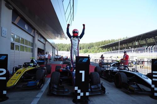 F2選手権第6ラウンドのレース1で、松下信治が優勝を飾る