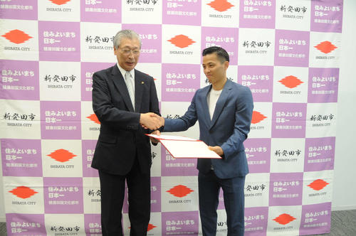 故郷・新発田市のスポーツ大使に就任したB1千葉の富樫(右)。左は二階堂・新発田市長
